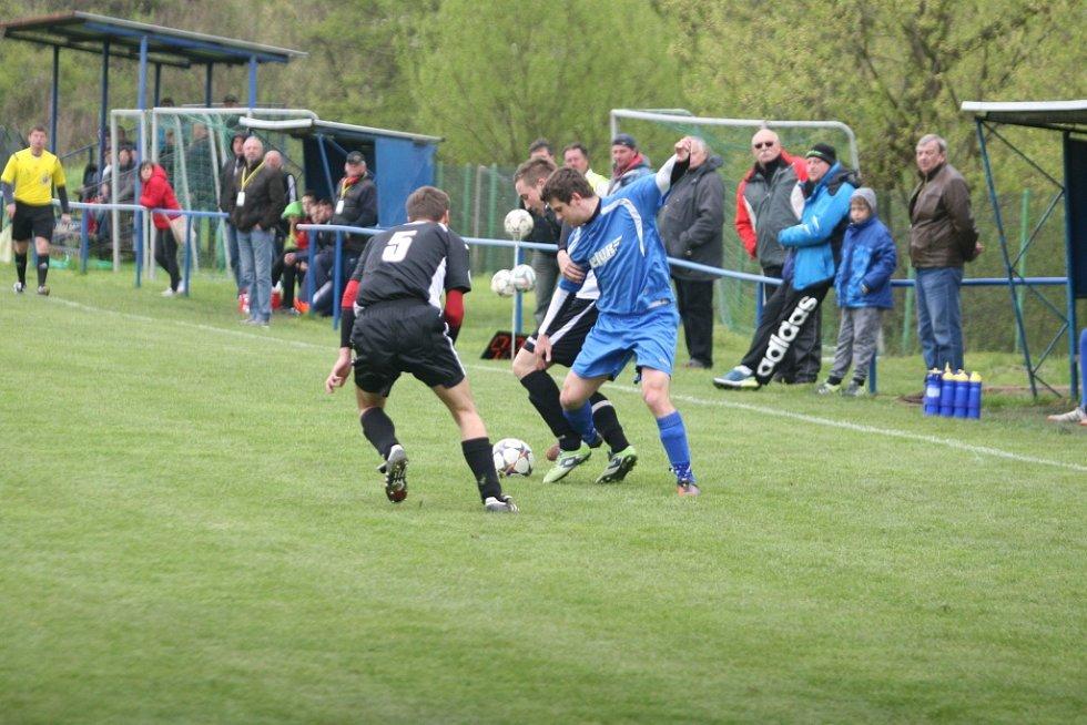 Zápas fotbalové I. B třídy mezi Lužkovicemi (v černém) a Veselou ovládli domácí 2:0.