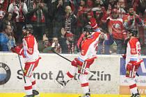 Extraligoví hokejisté Olomouce ovládli předkolo play-off, když sérii na tři vítězství ukončili v sobotu ve Zlíně po výhře 3:2. Na snímku vítězné emoce kohoutů.