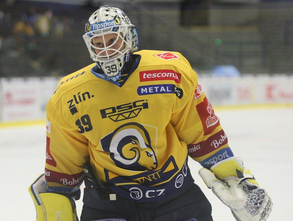 Extraligoví hokejisté PSG Berani Zlín (ve žlutém) v přípravném duelu hostili rivala Kometu Brno. Na snímku Kašík.