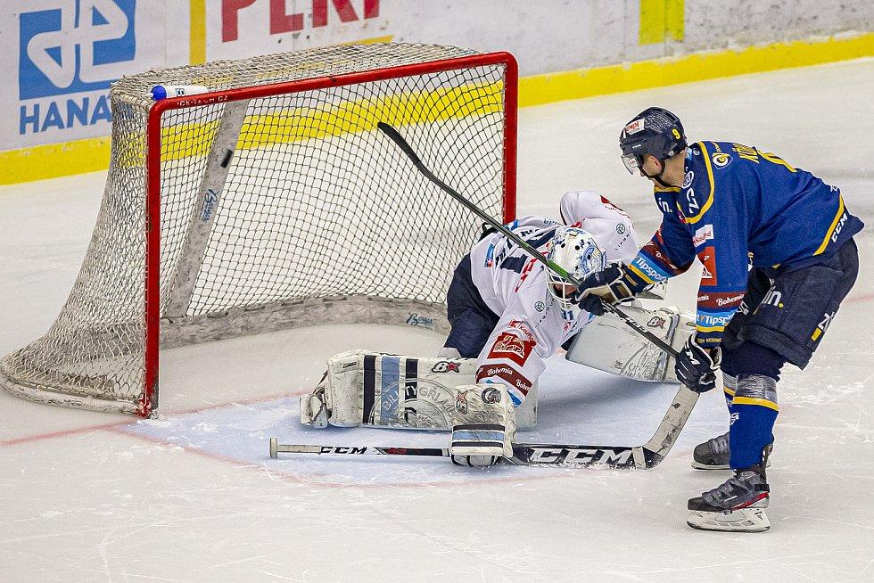Hokejisté Zlína (v modrém) v úterý večer na Zimním stadionu Luďka Čajky porazili Bílé Tygry z Liberce 4:3 po nájezdech, když se o rozdílovou trefu postaral Zdeněk Okál.