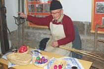 Bývalý starosta Drnovic Josef Zicha při pletení ošatek.