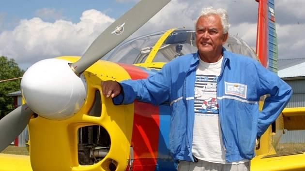Pilot Otakar Zelenka u letadla Zlín 142 na letišti v Kroměříži.