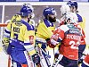 Hokejové utkání Tipsport extraligy v ledním hokeji mezi HC Dynamo Pardubice (červenobílém) a HC Aukro Berani Zlín ( ve žlutomodrém) v pardudubické Tipsport areně.
