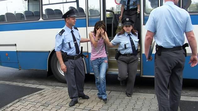 ESKORT. Zlínská policie včera dopoledne převezla čtyři cizinky k soudu, kde se dověděly svůj trest za krádeže v prodejně s oblečením.