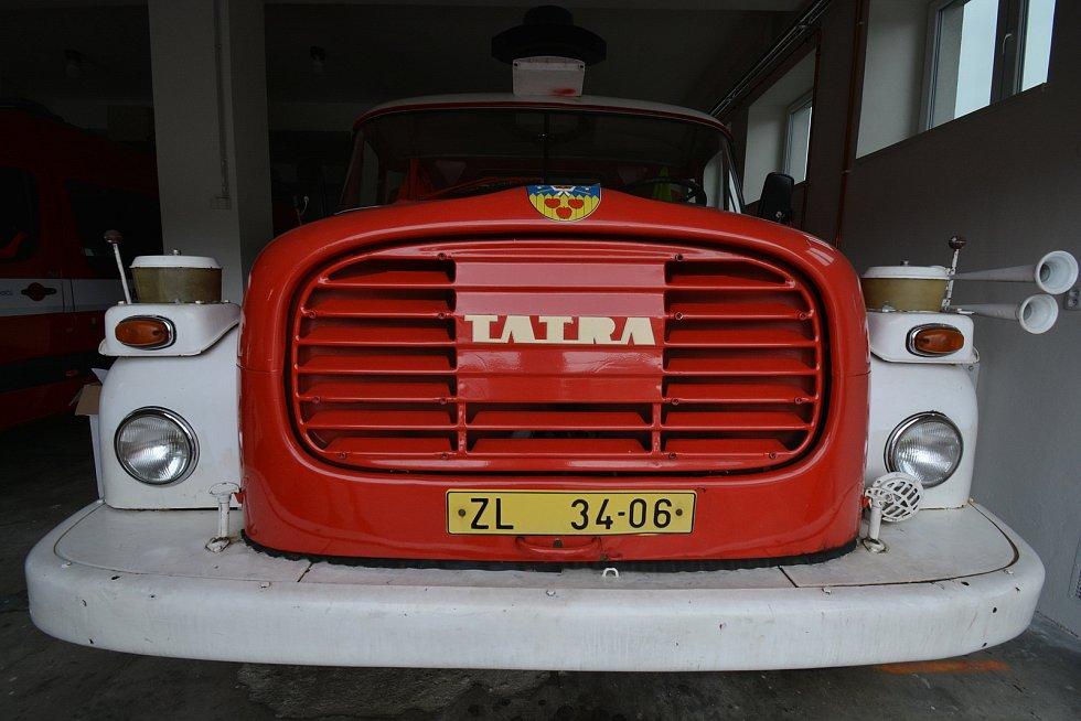 """Vesničce Újezd na Zlínsku chybí podle místních snad jen moře. Na snímku z 26. srpna 2021 hasičská Tatra, které říkají """"Máňa""""."""