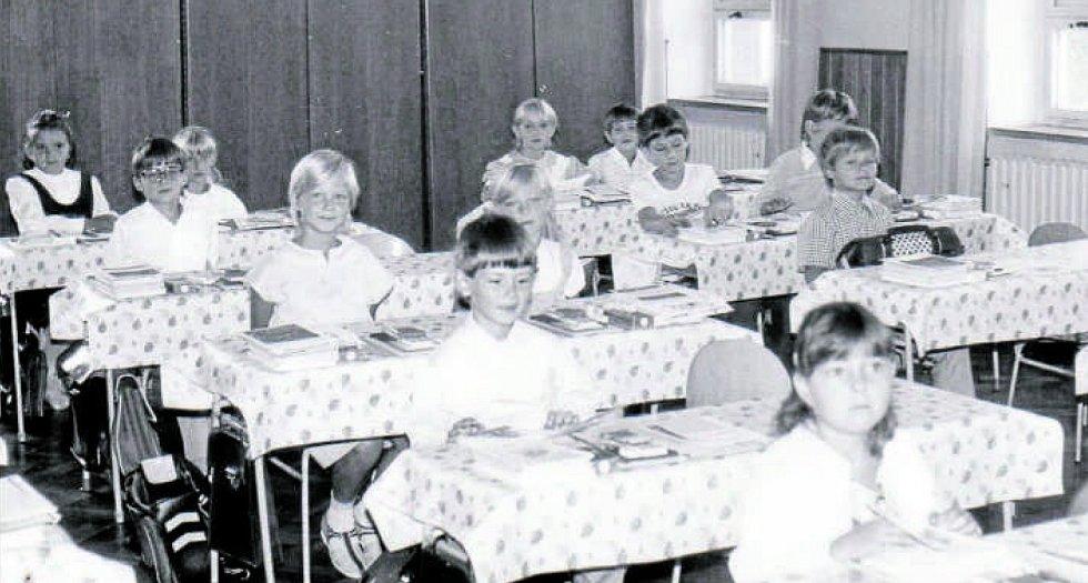 ZŠ JASENNÁ, ŠKOLNÍ ROK 1987/1988. K velkým událostem v životě dětí patří bezpochyby také první školní den. Malí prvňáčci ve škole v Jasenné jsou zachyceni právě ve školním roce 1987/1988.