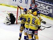 Brankář Hradec Králové Ondřej Kacetl inkasuje gól od Zlína.