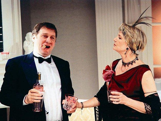 Hlavní role v inscenaci Julie, ty jsi kouzelná! ztvárnila Eliška Balzerová a Tomáš Töpfer.