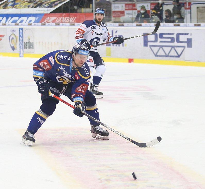 Extraligoví hokejisté Zlína (v modrém) v nedělním 49. kole vyzvali v moravském derby ostravské Vítkovice. Na snímku Kubiš.