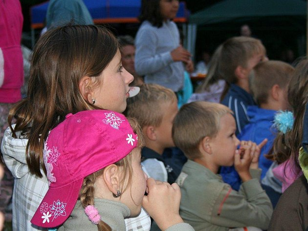 Na šest set dětí a dopělých se v sobotu bavilo na šestém ročníku benefičního festivalu Pod Hvězdami v Lukovečku na Zlínsku