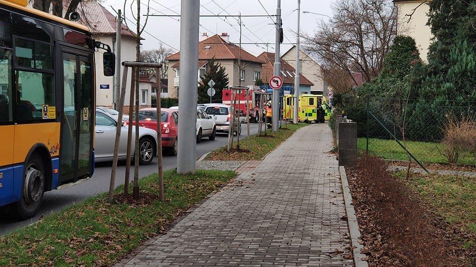 Nehoda osobního vozu a vozu Technických služeb na 2. května ve Zlíně