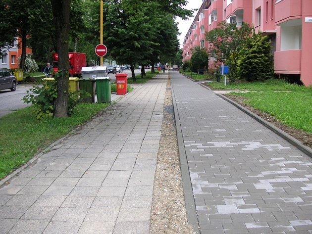 V místě starého chodníku na sídlišti Trávníky v Otrokovicích plánuje město do budoucna cyklostezku.