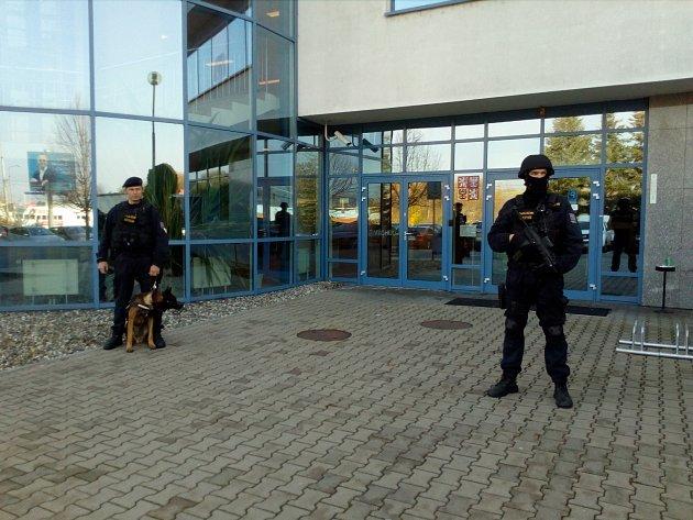 Pavel Bulák odsouzený za pokus vraždy, žádal v úterý o obnovu procesu. Jeho transport k soudu si vyžádal policejní manévry.