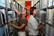Do zlínské univerzitní knihovny navážejí zaměstnankyně knihy.