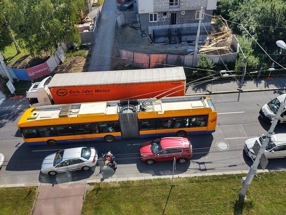 V centru Zlína se srazil kamion a osobní auto, 18. 6. 2021
