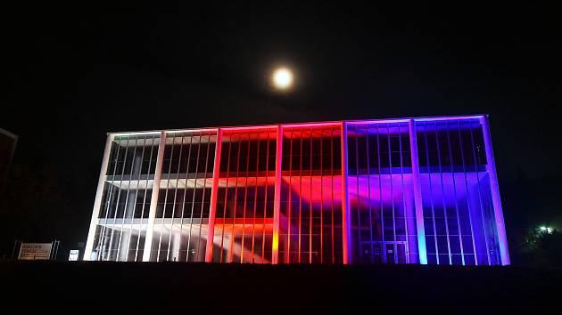 K příležitosti 28. října se budova Památníku Tomáše Bati zbarvila do odstínů trikolóry.