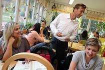 Fotbalisti FC FASTAV Zlín obsluhují v kavárně Slunečnice ve Zlíně.