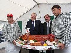 Návštěva prezidenta Miloše Zemana ve Zlínském kraji.  Velkořeznictví firmy Matula v Lechoticích.