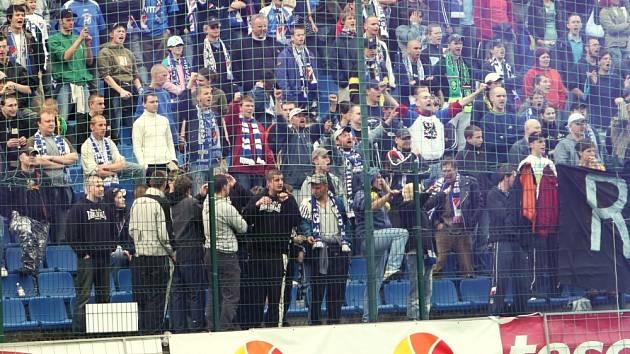 HORKO NA TRIBUNĚ. Příznivci ostravského fotbalového klubu svou nevalnou pověst nezapřeli ani v sobotu ve Zlíně.