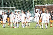 Fotbalisté Dolní Lhoty (v bílých dresech) proti Štípě stáhli dvoubrankovou ztrátu, stále se tak drží na předních příčkách tabulky.