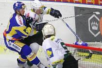 Extraligoví hokejisté Zlína nastoupili v rámci 23. kola proti Karlovým Varům. Pavel Kubiš (v modrém) atakuje Davida Noska.