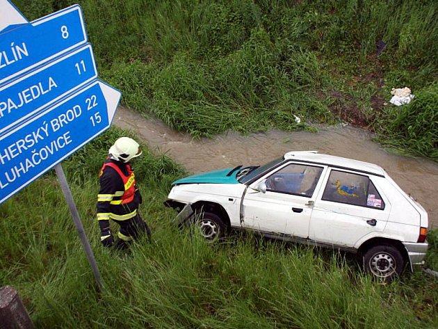 Po proražení ochranného kovového zábradlí s betonovými sloupky skočilo vozidlo v místním potoce. Po havárii se auto převrátilo na střechu a kabinu zaplavila voda ze zvednutého toku.
