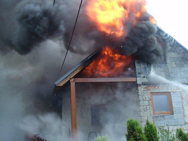 Rozsáhlý požár rodinného domku v lokalitě pasek v části Zlín – Lípa