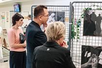 Dvacítka černobílých fotografií ukazuje, že péče o duchovní život pacientů má při léčbě důležité místo. Autorem vystavených snímků je fotograf Filip Fojtík.