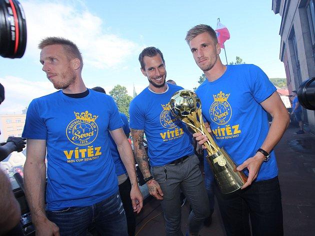 fotbalisté FC FASTAV Zlín  s pohárem MOL CUP. Ilustrační foto