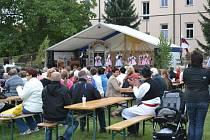 Na své oblíbené muzikanty se přišlo podívat mnoho místních.