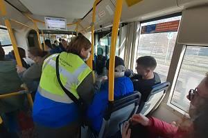 Kontroly ve vozidlech MHD Dopravní společnosti Zlín-Otrokovice (DSZO). Asistenti se zaměřili i na nošení respirátorů a roušek.