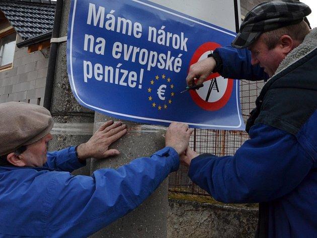JASNĚ ŘEČENO. Na vjezdu do řady obcí na Zlínsku visí od včerejška upozornění na nárok na evropské peníze.