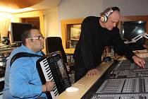 Zlínský akordeonista Vojtěch Szabó natáčel své první CD v pražském studiu Michaela Kocába.