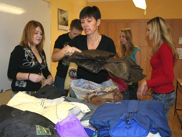 Bezdomovcům bude teplo. Oblečení pro lidi bez domova je dostatek.