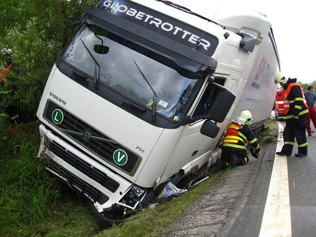 Řidič havaroval s celou soupravou do příkopu.