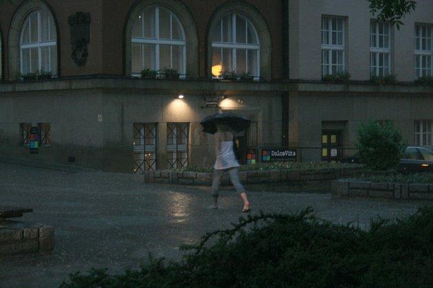 Zlínské náměstí Míru kolem 18. hodiny.
