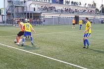 Fotbalisté Baťova (oranžové dresy) otočili domácí zápas s Luhačovicemi.