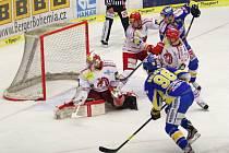Extraligoví hokejisté Zlína (v modrém) proti Třinci.