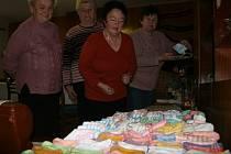 Seniorky ze Šanova na Slavičínsku pletou čepičky a ponožky zejména pro predčasně narozené děti.