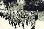VALAŠSKÉ KLOBOUKY. SOKOLI. Veřejná cvičení Sokola byla populární. Muž pochodující vepředu je lékárník Josef Vojáček, který provozoval lékárnu U Marie Pomocné. Za Sokoly v uniformách jsou muži cvičenci. Snímek je z roku 1947.