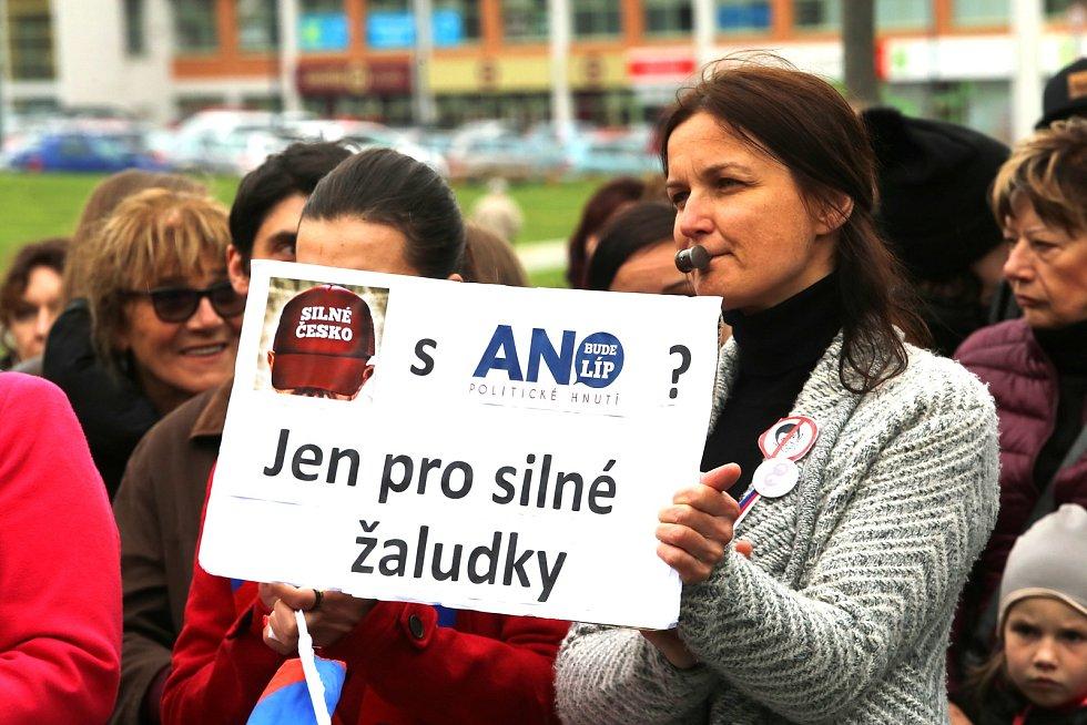 Demonstrace proti ministryni spravedlnosti Marii Benešové na náměstí T. G. Masaryka ve Zlíně, 13. 5. 2019