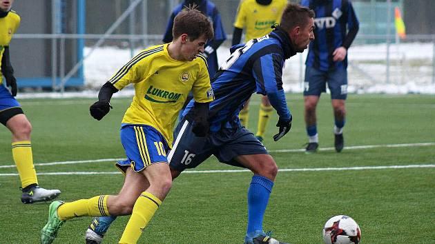 Fotbalisté Slavičína (v modročerných dresech)  prohráli na umělé trávě v Hrádku s ligovým dorostem Fastavu Zlín 0:1