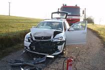 U Velíkové se čelně střetla dvě auta. Zranila se řidička