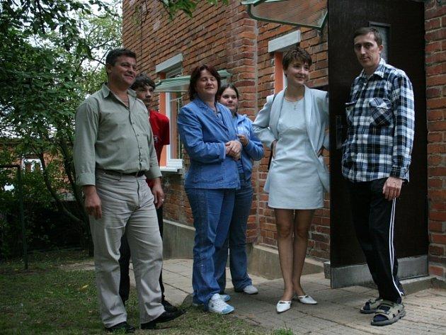 Devět let už rodina Kellerových z Kazachstánu pomýšlela na stěhování do Česka. Včera se už Takhir, Sergey, Natalya a Mariya radovali z bytu ve Zlíně.