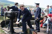 Jízdu tradičním parním vlakem Valašským královstvím z Rožnova pod Radhoštěm do Brumova-Bylnice zpestřilo v konečné stanici mistrovství v ručním otáčení parní lokomotivy.