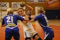 Interligové házenkářky Zlína (v bílém) prohrály sobotní zápas se Šaľou rozdílem dvou třáíd a utrpěly tak sedmou porážku v řadě.