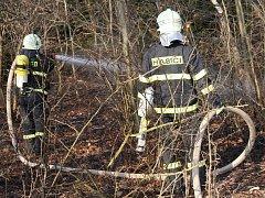 Zásah hasičů při vypalování trávy v přírodě a nepřístupných terénech.