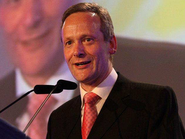 Cyril Svoboda je novým předsedem lidovců, rozhodl o tom mimořádný sjezd KDU-ČSL v sobotu 30. května.
