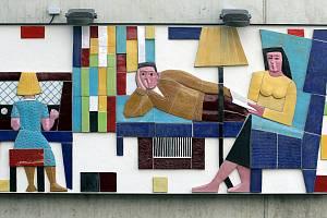 Poškození mozaiky sochaře Ladislava Vaculky na obchodním domě ve Zlíně.
