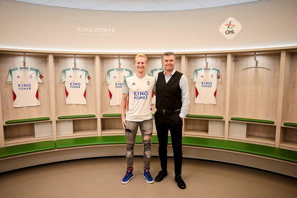 Známý podnikatel a fotbalový agent Roman Brulík (vpravo) s obráncem Václavem Jemelkou při podpisu smlouvy s belgickým klubem OH Leuven.